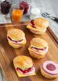 Zoete cakes in de vorm van een hamburger Stock Afbeeldingen