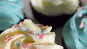 Zoete Cakes en Heerlijke Gebakjes, Chocoladeballen en Gekleurde Snoepjes de Cameravliegen rond de Lijst met stock video