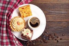 Zoete cakes en koffie Stock Afbeeldingen