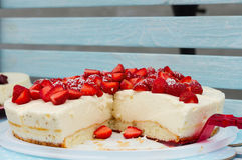 Zoete cakes met aardbei Stock Afbeeldingen