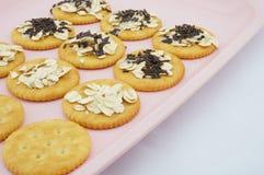 Zoete crackers op roze plaat Stock Fotografie