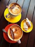 Zoete croissant en een kop van koffie op de achtergrond Royalty-vrije Stock Afbeeldingen