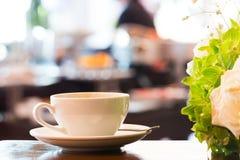 Zoete croissant en een kop van koffie op de achtergrond Stock Foto