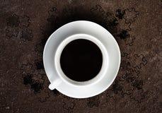 Zoete croissant en een kop van koffie op de achtergrond Stock Afbeelding