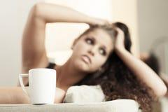 Zoete croissant en een kop van koffie op de achtergrond Royalty-vrije Stock Afbeelding