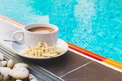 Zoete croissant en een kop van koffie op de achtergrond Stock Foto's
