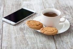 Zoete croissant en een kop van koffie op de achtergrond Koffie met snack stock foto
