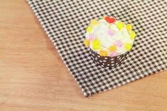 Zoete cupcake op houten lijst stock afbeeldingen