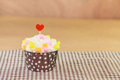 Zoete cupcake op schijf met houten kleur als achtergrond royalty-vrije stock foto's