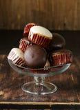 Zoete cupcakes met chocoladesuikerglazuur Stock Afbeeldingen