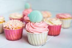 Zoete cupcakes met room, verfraaide peperkoek, parels en makarons voor zacht geraffineerd meisje of een kleine prinses Stock Fotografie