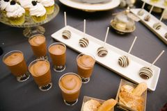 Zoete dessertlijst bij een huwelijk Cakestand bij een huwelijk stock foto