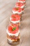 Zoete desserttiramisu met verse grapefruit Stock Afbeeldingen