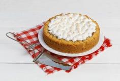 Zoete die cake met aardbeien met schuimgebakje worden verfraaid Stock Foto