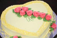 Zoete die cake met roze bloemen wordt verfraaid royalty-vrije stock fotografie