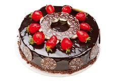 Zoete die chocoladecake met aardbeien wordt verfraaid stock foto