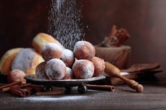 Zoete die donuts met pijpjes kaneel met suiker worden gepoederd royalty-vrije stock afbeeldingen