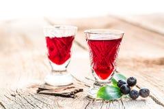 Zoete die likeur van chokeberries en alcohol wordt gemaakt royalty-vrije stock fotografie