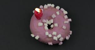 Zoete doughnut die op zwarte achtergrond roteren Hoogste mening Smakelijke, verse doughnut stock video