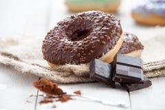 Zoete doughnut met chocolade Stock Afbeeldingen