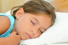 Zoete dromen, de aanbiddelijke slaap van het peutermeisje Stock Afbeelding