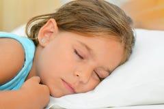 Zoete dromen, de aanbiddelijke slaap van het peutermeisje Royalty-vrije Stock Foto's