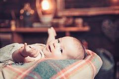 Zoete Dromen kinderjaren en geluk Snoepje weinig baby Nieuwe het leven en babygeboorte Klein meisje met leuk gezicht parenting royalty-vrije stock foto