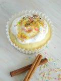 Zoete eigengemaakte cupcake met kokosnotenspaanders Stock Foto