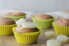 Zoete eigengemaakte cupcakes met ananas en kokosnotenvlokken Stock Foto's