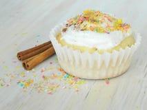 Zoete eigengemaakte cupcakes met kokosnotenspaanders Royalty-vrije Stock Foto's