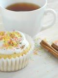 Zoete eigengemaakte cupcakes met kokosnotenspaanders Royalty-vrije Stock Foto