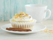 Zoete eigengemaakte cupcakes met kokosnotenspaanders Stock Foto