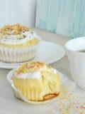 Zoete eigengemaakte cupcakes met kokosnotenspaanders Stock Afbeeldingen
