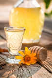 Zoete eigengemaakte die likeur van alcohol en honing wordt gemaakt stock fotografie