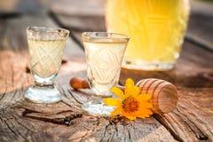 Zoete eigengemaakte die likeur van honing en alcohol wordt gemaakt royalty-vrije stock afbeeldingen