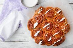 Zoete Eigengemaakte Kaneelbroodjes Royalty-vrije Stock Afbeeldingen