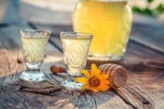 Zoete eigengemaakte likeur met honing en alcohol stock foto