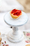 Zoete en heerlijke cake met aardbeien op een tribune Sjofele elegante stijl Stock Foto