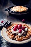 Zoete en heerlijke wafels met vruchten Stock Foto's