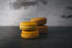 Zoete en kleurrijke Franse makarons of macaron stock foto