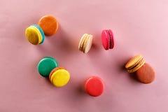 Zoete en kleurrijke Franse makarons op een roze achtergrond Het dessert is met thee of koffie stock foto