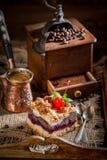 Zoete en smakelijke kersenpastei met pot gekookte koffie royalty-vrije stock afbeeldingen