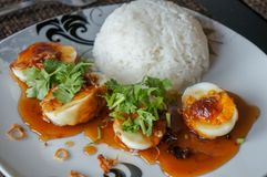 Zoete en zure eieren met tamarindesaus, en rijst royalty-vrije stock afbeeldingen