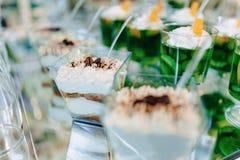 Zoete feestelijke buffet, fruit, kappen, macaroni en partijen van snoepjes stock fotografie