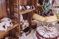 Zoete feestelijke buffet, fruit, kappen, macaroni en partijen van snoepjes stock afbeeldingen