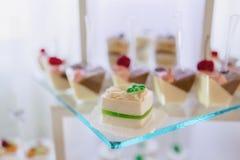 Zoete feestelijke buffet, fruit, kappen, macaroni en partijen van snoepjes stock afbeelding