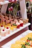 Zoete feestelijke buffet, fruit, kappen, macaroni en partijen van snoepjes stock foto's