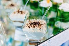 Zoete feestelijke buffet, fruit, kappen, macaroni en partijen van snoepjes royalty-vrije stock afbeeldingen