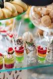 Zoete feestelijke buffet, fruit, kappen, macaroni en partijen van snoepjes royalty-vrije stock foto
