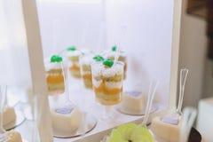Zoete feestelijke buffet, fruit, kappen, macaroni en partijen van snoepjes royalty-vrije stock fotografie